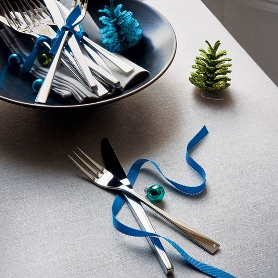 easy christmas decorating ideas Ribbon tied Christmas cutlery